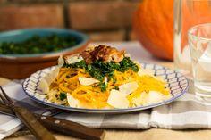 Weer een lekker recept uit de Koken met Aanbiedingen app: pompoenspaghetti met knoflook, boerenkool & ricotta. Let op: je hebt wel een spiralizer nodig voor dit recept. Je kunt dit recept heel makkelijk vegetarisch maken door de ham weg te laten. Snijd de pompoen doormidden en verwijder de zaden met een lepel. Snijd de pompoen in lange stukken van …
