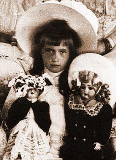 Anastasia Romanov with dolls. Vintage Photographs, Vintage Photos, Romanov Sisters, Anastasia Romanov, House Of Romanov, Alexandra Feodorovna, Tsar Nicholas Ii, Imperial Russia, Beautiful Children