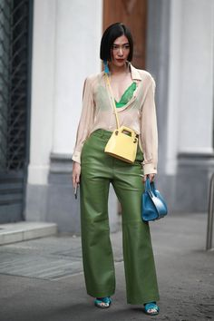 Milan Fashion Week Street Style Spring 2019 Day best Street Style looks from the Milan Women's Spring 19 shows and fashion week. Best Street Style, Spring Street Style, Street Style Looks, Spring Fashion Trends, Milan Fashion Weeks, Look Fashion, Fashion Outfits, Womens Fashion, Fashion Design