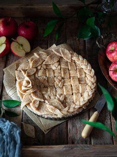Découvrez cette recette de tarte aux pommes caramélisées au sirop d'érable et à la cannelle. Apple Pie, Desserts, Food, Instagram, Toffee Apple Tart, Greedy People, Recipes, Tailgate Desserts, Deserts