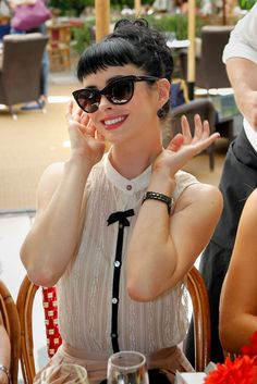 Love Krysten Ritter and her Dior sunglasses aioad.com  $15.99  OMG.....newest spring rayban glasses.....want it. love it.#rabban fashion#