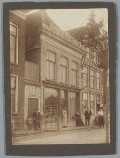 Rechts Noorderhaven 24 logement De Eilanden, links Broodbakkerij Beima, ca 1900.