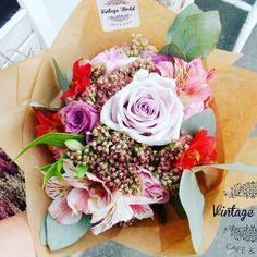 Élő virágok – Vintage World Making A Bouquet, Floral Wreath, Wreaths, Vintage, Flowers, Plants, How To Make, Decor, Floral Crown
