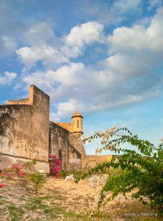 Venezuela, Sucre, Cumaná Castillo de San Antonio de la Eminencia Construido entre 1659 y 1686 en el cerro Pan de Azúcar, desde donde domina la ciudad y a su vez puede observar el golfo de Cariaco y la península de Araya. Con un diseño de estrella de cuatro puntas, cada una de las cuales apunta a un punto cardinal; paredes de dos metros de espesor y una potente artillería, siguió en servicio bien entrado el siglo XIX. También se encuentra conectado a la ciudad mediante túneles y pasadizos