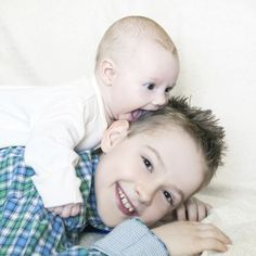 18 ideas para fotos entre recién nacidos y hermanos | Blog de BabyCenter