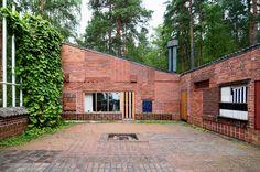 """Eksperymentalny dom letni, Muuratsalo, 1953, eksperymentalne laboratorium do testowania konstrukcji i pomysłów architektonicznych (fundamentowania, zabawy cegłą, ogrzewanie słoneczne) założenie """"domu letniego"""" polega na otwarciu znajdujących się dookoła wewnętrznego dziedzińca budynków mieszczących różne pomieszczenia. Ściany budynków skierowane ku wnętrzu dziedzińca wykonane zostały z cegły, ułożonej na ponad 50 rożnych sposobów układających się w różne wzory."""