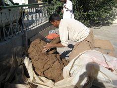 As maravilhas nunca cessarão? Tecnologia no Afeganistão rural é incrível. São tantas as coisas que as pessoas são capazes de fazer sem ferramentas complexas. Desta vez uma pilha de lama e palha transformou-se em um grande e belo fogão para o aquecimento do pátio. A lama apareceu em um táxi - isso é certo, um táxi. Em Jalalabad, província de Nangarhar, Afeganistão.  Fotografia: Todd Huffman no Flickr.