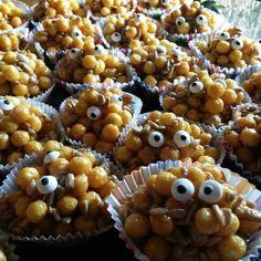 Vogelfutter Mosterchen  Rezept 500 g Kellogg's Pops 500 g Sonnemblumenkerne 250 g Butter 400 g Karamell-Bonbons (Durchbeißer) Zubereitung:  Butter und Durchbeißer im Topf lamgsam schmelzen. Die cremige, geschmolzene Masse mit Kellogg's Pops und Sonnenblumenkernen vermischen. Masse in Muffin-Förmchen füllen und nach belieben dekorieren.