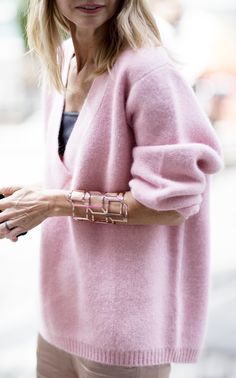 What to Wear with Pink Sweater Looks Street Style, Looks Style, Style Me, Mode Chic, Mode Style, Pull Rose, Look Rose, Look Blazer, Paris Mode
