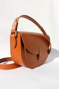 Main cousu cuir Tan Saddle Bag. La main de veg par JosieFayLeather