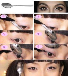 Dica para as #mulheres! Use uma colher como molde para fazer uma #maquiagem perfeita com lápis e delineador! #ficaadica