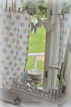 greenGate kitchen curtains held up with pegs Cottage Curtains, Decor, Shabby Chic Decor, Green Tile, Cute Curtains, Shabby Decor, Vintage Decor, Home Decor, Rose Cottage