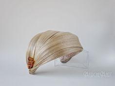 Tocado/turbante inspirado en Máxima Zorreguieta, una de mis favoritas por su gran naturalidad.   Está realizado en base de sinamay y a...
