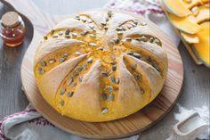 Il pane alla zucca è un lievitato salato che racchiude i colori e i profumi dell'autunno: perfetto per merende speciali e per la tavola delle feste!