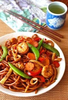 Stir-Fried Black Pepper Udon Noodles by SeasonWithSpice.com