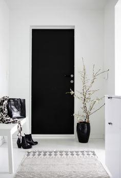Black and white interior inspiration House Design, House Styles, House Interior, Home, Black And White Interior, Black Doors, Hallway Inspiration, White Interior, Home Decor