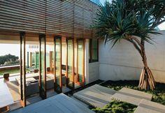 Casa na Austrália - O pequeno desnível do terreno, na entrada, permitiu criar um percurso que alterna pontos de vista