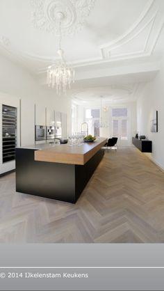 Zwarte keuken/visgraat vloer More