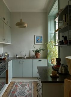 Kitchen Living, New Kitchen, Kitchen Interior, Kitchen Design, Mint Green Walls, Scandinavian Kitchen, Scandinavian Apartment, Green Cabinets, Stone Kitchen