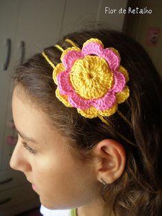 Tiara com flor de crochê
