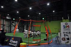 [08.06 ~ 08.11] 2014 두산베어스 어린이 야구교실이 SETEC(세텍), 제 1 전시실에서 열리고 있습니다. 어린이 야구교실은 1~5기, 각 기수별 4시간 2일 순환교육을 하는 프로그램인데요, 이 교육을 통해 주루, 투구, 수비, 타격을 할 수 있도록, 아이들 눈높이에 맞춰 차근차근 가르쳐준다고 해요.  야구를 좋아하는 어린이라면, 두산베어스 어린이 야구교실을 해보시는게 어떨까요? 아쉽게도 이번 방학때는 신청하지 못했다면 다음기회에 꼭 해보시길 바랍니다. 2014 두산베어스 야구교실의 현장이 더 궁금하다면, 지금 바로 세텍블로그로 오세요!!  http://blog.naver.com/setec_sba/220083252717