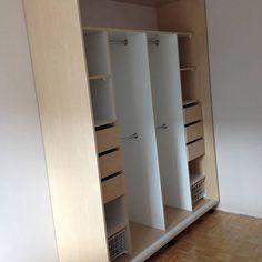 Szafa wolnostojąca z drzwiami przesuwnymi. Korpus wykonany z płyty w dekorze Brzoza. Wnęttrze szafy wykonane z płyty białej. We wnętrzu szafy zamontowano szyflady oraz kosze dla lepszej organizacji.
