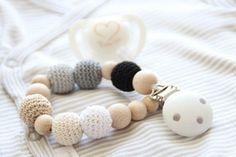 Pinza de chupete de bebé neutral dentición titular simulado / Crochet perlas / seguro para dentición!!!!!! Este clip chupete está hecho de materiales naturales - perlas de alta calidad de madera, pinza de madera, granos de ganchillo y crochet cordón. Los granos son luz, perfecto