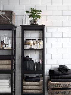 Med praktisk förvaring och ett klassiskt uttryck blir badrummet en plats där du gärna dröjer dig kvar en extra stund. HEMNES hylla svartbrun bets, NORDRANA korgar. Stylist: Hans Blomqvist: