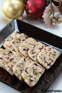 Slavljenički kolač sa brusnicama i pistaćima.