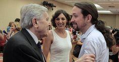 El exfiscal anticorrupción Carlos Jiménez Villarejo saluda al líder de su partido, Pablo Iglesias.