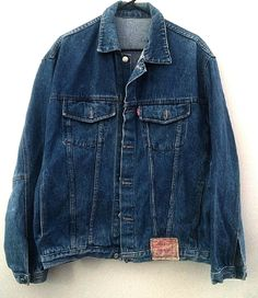 Classic pre-owned Levi's- Red Label Denim Jean Jacket with a Vintage Look! In Excellent, Clean Condition! 100% Cotton Classic Denim Blue Levis Tag Front Lower Left size: Large