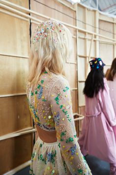 'Skater girls who've had a liaison in a sequin factory' - Glitter hair by Ali Pirzadeh for Ashish SS16 - bit.ly/1MD0Jie