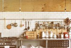 ついつい掃除をサボりがちなキッチン・・・。収納はしっかりできてますか?キッチン収納のコツを知っておけば、汚かったキッチンも使いやすくすっきりしたキッチンにできちゃいます♡キッチン収納のコツを活かして、散らかっていた調理小物なんかも整理整頓してみませんか??