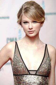 Taylor Swift& Beauty Transformation - For the Annual CMA Awards Swift goes for a bouffant-inspired updo. Taylor Swift Style, Taylor Swift Pictures, Taylor Alison Swift, Taylor Swift Updo, Taylor Swift 2006, Red Taylor, My Idol, Divas, Taylors