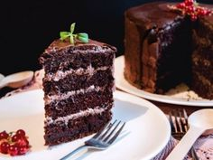 This vegan chocolate cake tastes better than a regular cake! Tha rich it is, despite having no eggs, butter, milk or heavy cream! Coconut Milk Fat, Coconut Flan, Coconut Whipped Cream, Fun Desserts, Dessert Recipes, Happy Vegan, Food Out, Cake Tasting, Round Cake Pans