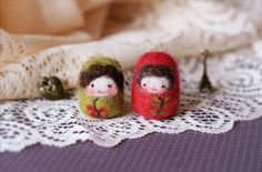 tiny felted dolls - reminds me of Russian nesting dolls Cute Crafts, Diy And Crafts, Arts And Crafts, Felt Art, Doilies, Needle Felting, Fiber Art, Weaving, Crafty