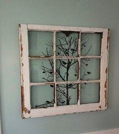 Ein altes Fenster eignet sich als Rahmen für ein Bild oder eine Zeichnung