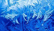 Kar Taneleri ve Buz temasından sıfırın altındaki sıcaklıklarda bir pencerede oluşan buz kristalleri arka planı