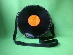 Un bolso muy divertido a partir de un disco de vinilo por Mancha de creación
