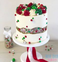 As you may have seen on a previous post. my Christmas fault line cake tutorial is in the latest edition of 💙 super… Christmas Cake Designs, Christmas Cake Decorations, Christmas Cupcakes, Christmas Sweets, Holiday Cakes, Christmas Desserts, Christmas Baking, Christmas Birthday Cake, Christmas Christmas