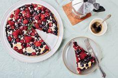 Waldbeeren-Kuchen schmeckt einfach herrlich - vor allem, wenn Beeren wie Himbeeren und Blaubeeren Saison haben. Wir zeigen Euch, wie es geht!