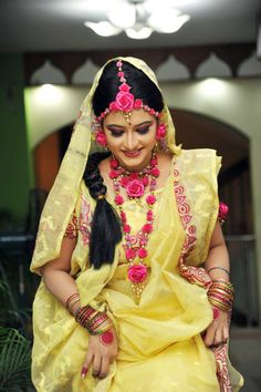 Yellow Saree and Pink Flower Jewelry for Gaye Holud Indian Wedding Jewelry, Indian Bridal, Bridal Jewelry, Bridal Looks, Bridal Style, Flower Jewellery For Mehndi, Flower Jewelry, Bengali Bride, Haldi Ceremony