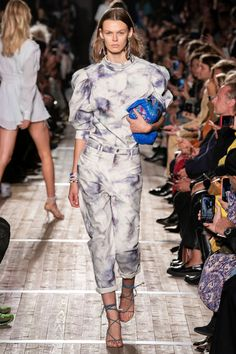 Isabel Marant Spring 2020 Ready-to-Wear Fashion Show - Vogue Isabel Marant, Fashion Week Paris, Fashion Weeks, London Fashion, 2020 Fashion Trends, Fashion 2020, Uniqlo Style, Tie Dye, Ralph & Russo