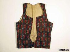 """Bodice, Alfta, Hälsingland. Fabric c.1760-1770 (probably Norwich, England), bodice c.1770-1790.  """"Tyget är ett dyrbart importerat köpetyg av den typ som tillverkades i England framförallt Norwich under 1700-talets andra hälft. Se prov i Anders Berchs samling, bild i Stavenow-Hidemark se litt.ref. där de benämns """"blommig taborett"""". Sådana blev moderna i det folkliga dräktskicket, framförallt till bröllopskläder fr.o.m. 1770-talet över stora delar av landet."""""""