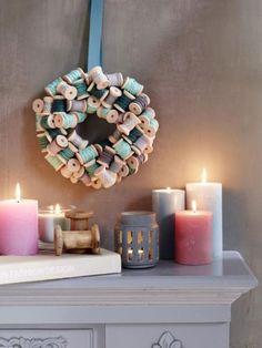 Weihnachtsdeko mal ganz anders: Mit Garnrollen aus Holz und zarten Pastellfarben zaubern wir weihnachtliche Bastelideen die jeder haben will.