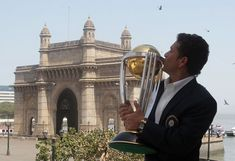 (Photo) Sachin Tendulkar kisses the World Cup in front of the Gateway of India