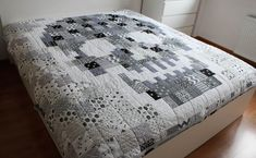 patchwork, quilting, b&w quilt, skull quilt Halloween Blanket, Halloween Quilts, Lap Quilts, Quilt Blocks, Patchwork Quilting, Skull Bedroom, Quilting Projects, Quilting Ideas, Black And White Quilts