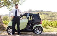 Russell Crowe standing by his Mercedes Smart Car in the movie A Good Year