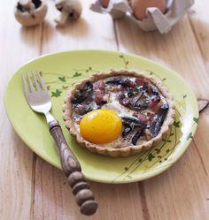 Et si vous mettiez un oeuf au plat dans une tartelette ? Avec des champignons et lardons grillés, c'est une tuerie. Une idée inspirée du brunch québecois proposé par l'excellente pâtisserie Rhubarbe.