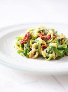 Groente spaghetti van courgette met pesto, zongedroogde tomaatjes en olijven. Super lekker, gezond en vegetarisch! De nieuwe manier van spaghetti eten :-)